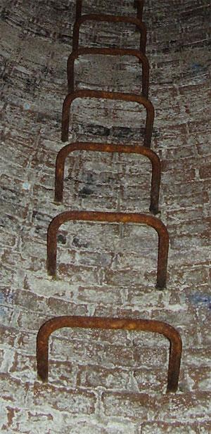 Ein klassischer Steigeinsengang in einem Schornstein.