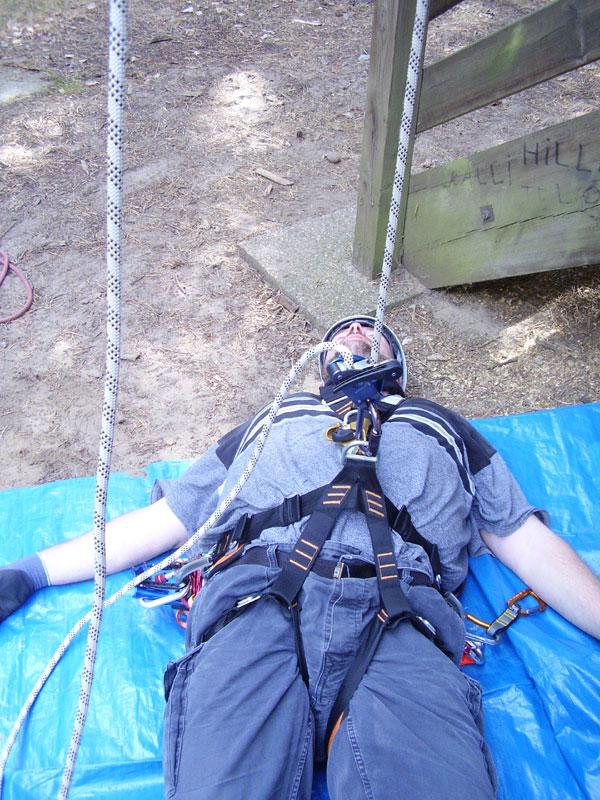 Micha liegt eingebunden ins Seil am Boden