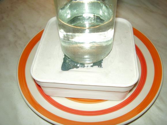 Wasserglas mit Wasser auf dem Schwamm