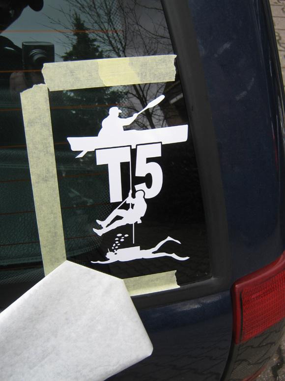 Schritt 11 - Trägerfolie vom Logo abgezogen